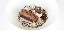 Browni de chocolate con helado de avellana